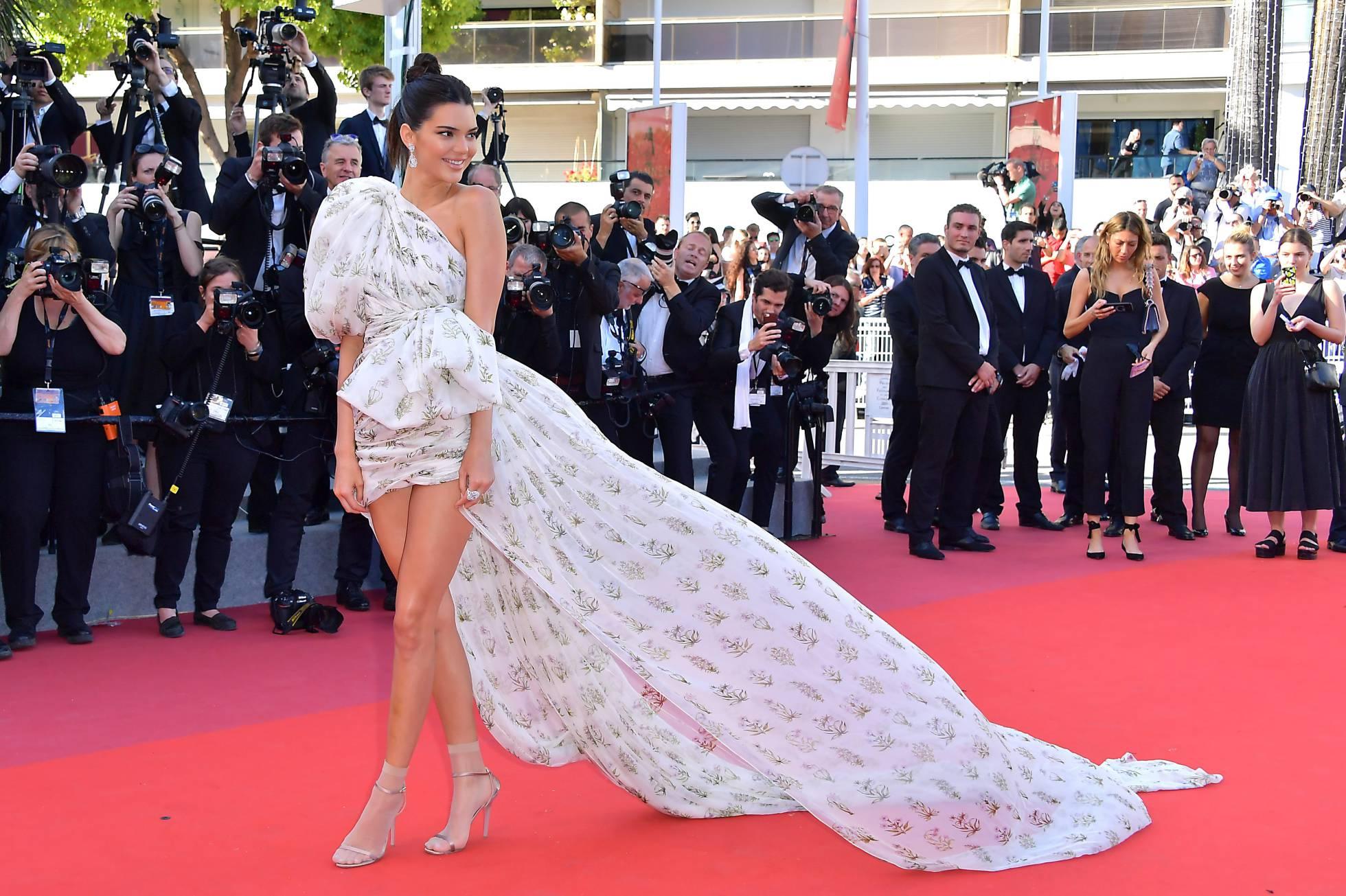 La modelo Kendall Jenner, luciendo sandalias con calcetines en verano en la alfombra roja del Festival de Cannes el pasado 20 de mayo